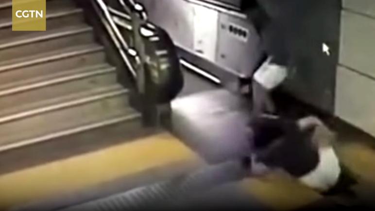 10 clip 'nóng': Người đàn ông bị mãng xà tấn công tóe máu