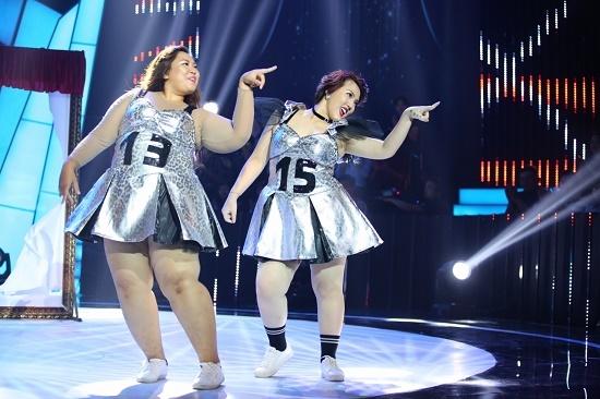 Lâm Vĩnh Hải liên tục bị hai cô gái gần 200kg giẫm lên người