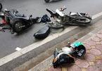 Lao thẳng vào ô tô, xe máy vỡ đầu ngay trung tâm Hà Nội