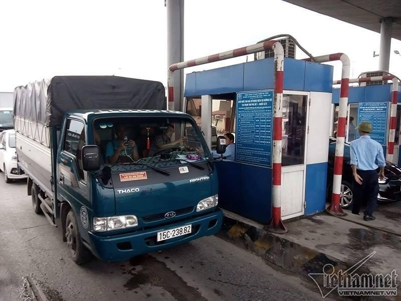 Quốc lộ 5 tắc nghẽn: Tài xế trả tiền lẻ qua trạm thu phí