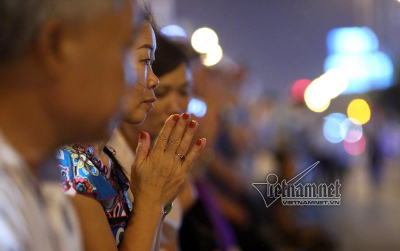 Biển người ngồi kín chùa Phúc Khánh nghe giảng kinh Vu Lan