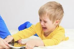 """Clip trẻ ăn vạ khiến người lớn bừng tỉnh: bố mẹ là """"tội đồ"""" vì thiếu sắt đá?"""