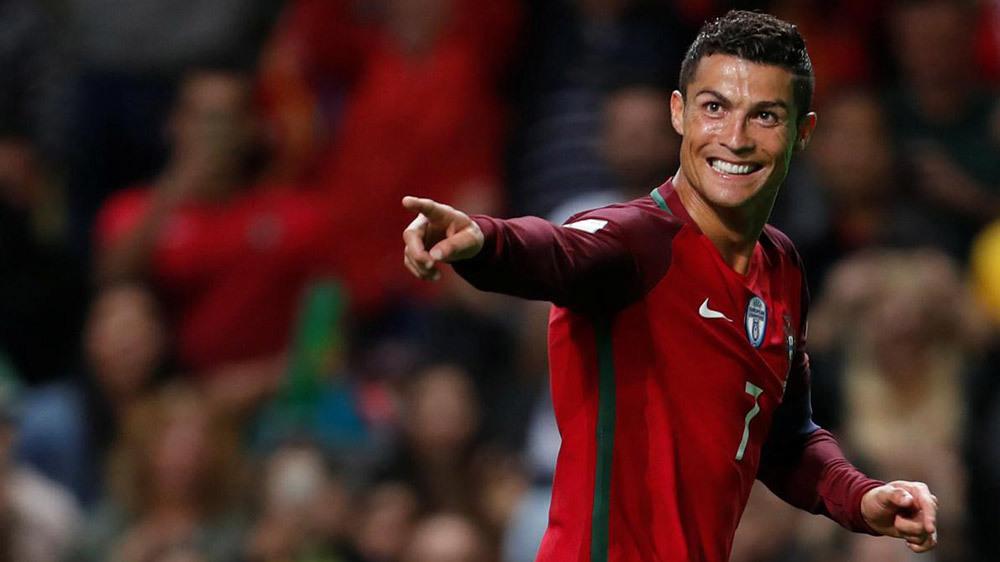 World Cup 2018: Messi xem Ronaldo biểu diễn qua tivi?