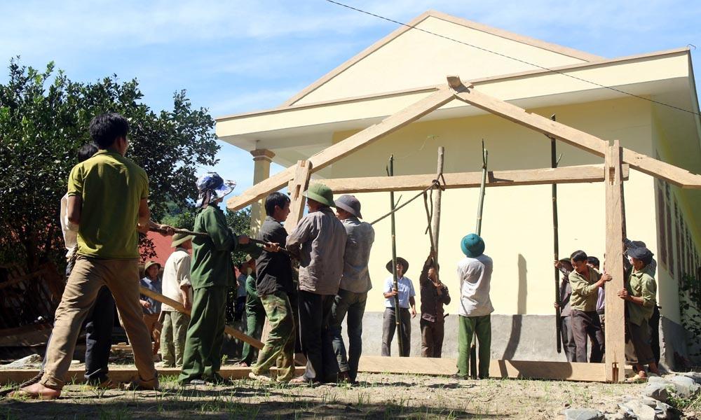 Dân bản dựng nhà cho giáo viên, học sinh tá túc