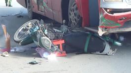 Xe khách cuốn xe máy vào gầm, vợ chết chồng nguy kịch