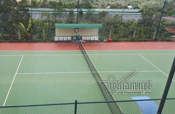 Xã xây sân tennis chỉ để bí thư, chủ tịch chơi