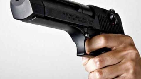 Hà Nội: Chĩa súng 'bắn tỉa' kẻ cầm kiếm nghênh chiến