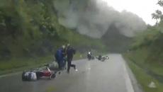 Nối đuôi nhau vượt xe tải, hàng loạt xe máy ngã trước đầu ô tô