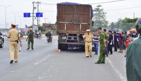 Thai phụ và con trai, cháu ruột chết thảm dưới bánh xe tải