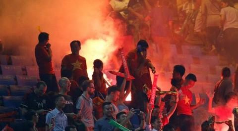 Campuchia 1-1 Việt Nam: CĐV Hải Phòng đốt pháo sáng trên sân