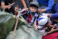Hàng trăm người giật tiền cúng cô hồn náo loạn đường phố Sài Gòn
