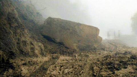 Sạt lở đất đá, nhiều nơi ở Điện Biên lại bị chia cắt