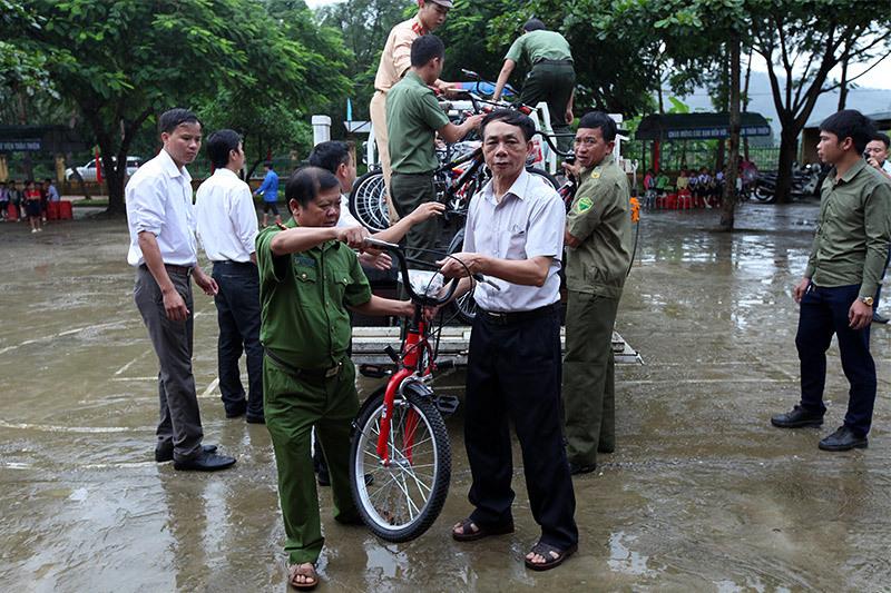 khai giảng, học sinh, trao quà, từ thiện VietNamNet
