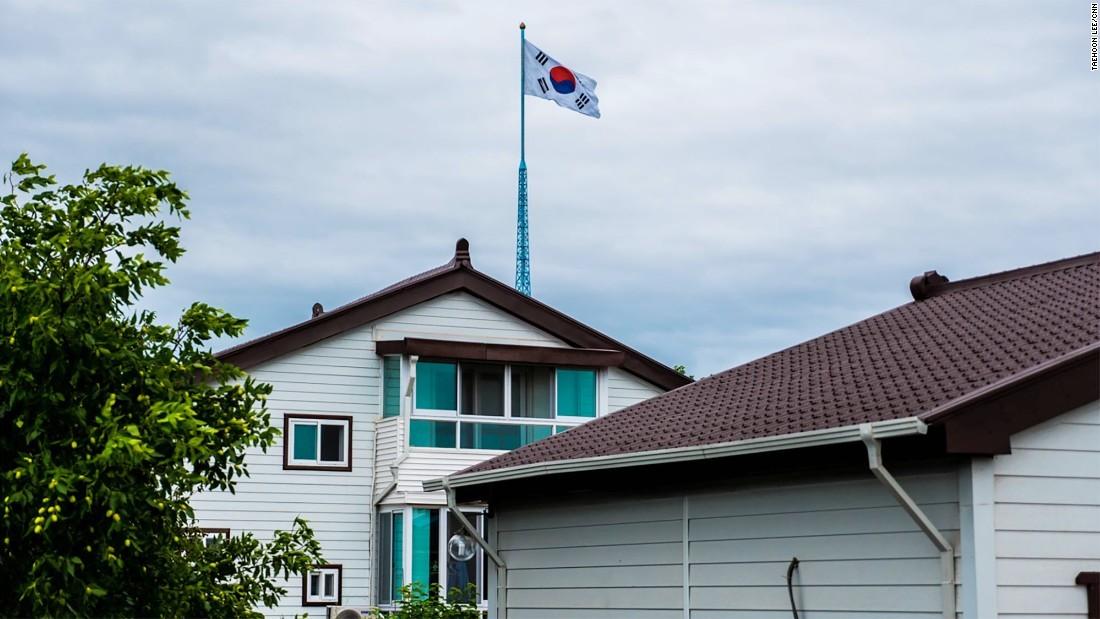 Cuộc sống ở ngôi làng cách Triều Tiên nửa cây số