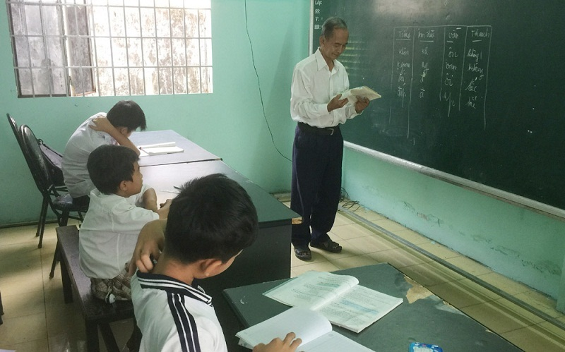 Thầy giáo 78 tuổi miệt mài dạy học miễn phí cho hàng trăm trẻ nghèo