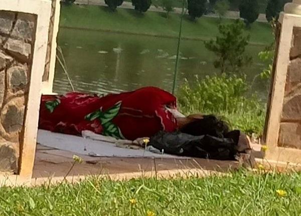 Người đàn ông tử vong bên bờ hồ Xuân Hương