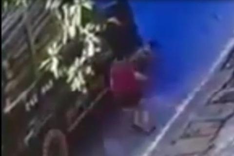 Qua đường không quan sát, bé trai thoát chết thần kì dưới gầm xe tải