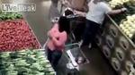 Người phụ nữ móc ví nhanh chóng mặt trong siêu thị