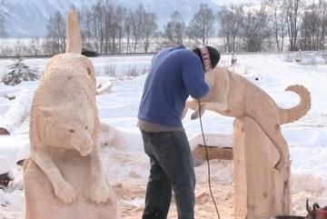 Nghệ thuật điêu khắc đỉnh cao biến khúc gỗ thành hai chú chó sống động