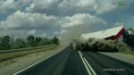 Ô tô thoát nạn khó tin trước đầu 2 xe tải lật trên xa lộ