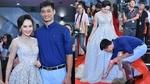 Bảo Thanh được chồng chăm sóc tận tình trên thảm đỏ