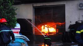 Nhà cháy đổ sập, 1 lính cứu hỏa tử vong
