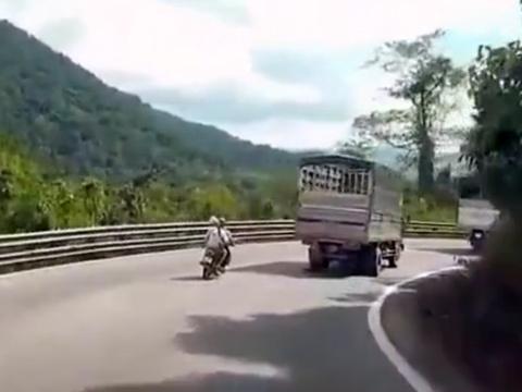 Đổ đèo như trong phim, ông bố trẻ 'ném' cả nhà xuống đường
