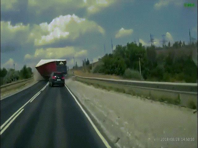 Xe tải mất lái lao thẳng vào đầu xe con và cú bẻ lái thần sầu