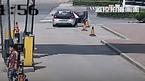 Khoá con 1 tuổi trong ô tô, bà mẹ hoảng hốt kêu cứu