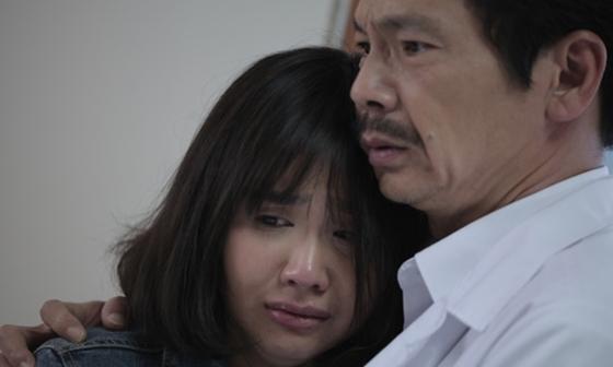 Huyền Lizzie choáng váng bởi cái tát của NSND Lan Hương