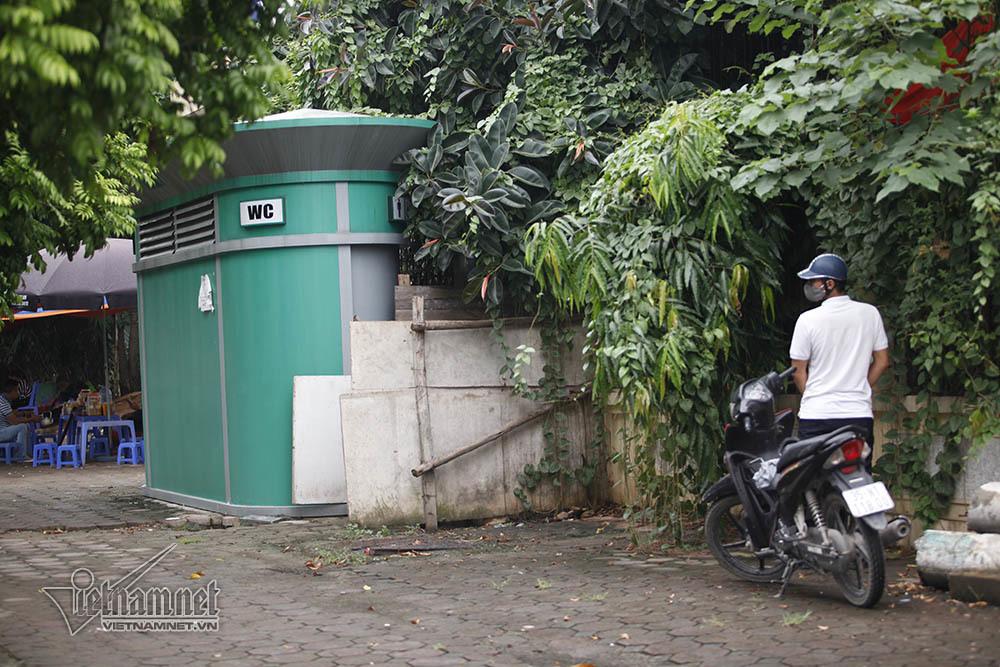 Hà Nội: Quý ông xả van cạnh nhà vệ sinh khóa trái