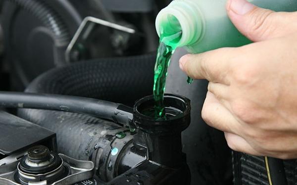 Nhiệt độ động cơ ô tô lên quá cao, bạn cần phải làm gì?