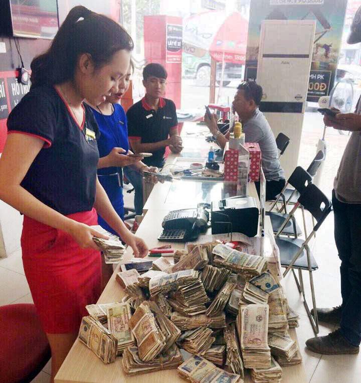 Khách hàng mang 13 triệu đồng tiền lẻ đến FPTShop đóng… tiền điện