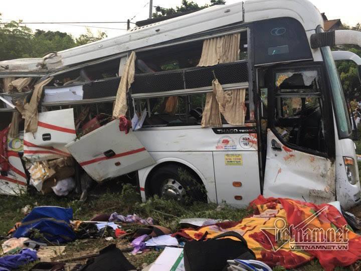 Tai nạn kinh hoàng Xe khách đối đầu xe container, 2 người chết