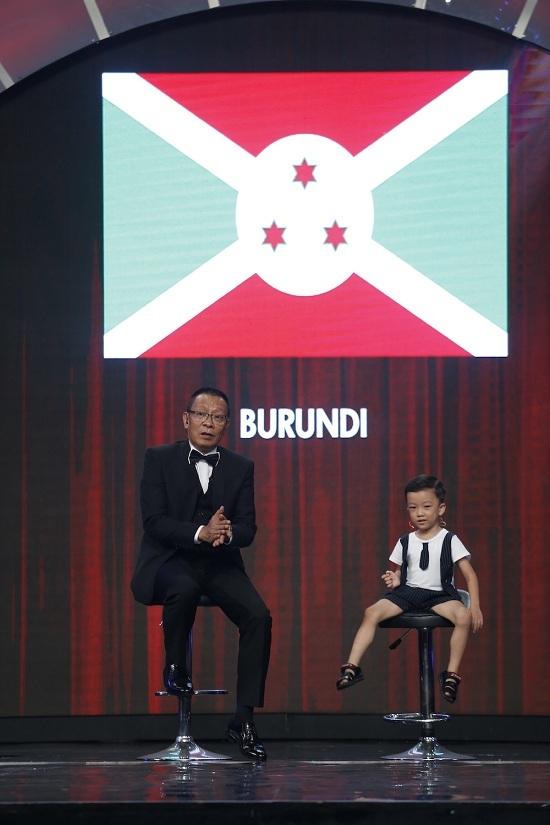 Lại Văn Sâm phát sốt trước cô bé 5 tuổi nói 8 thứ tiếng