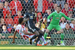 MU bị ngáng chân, kẻ ngu ngốc Mourinho chửi là ai?