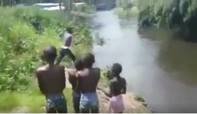 Tuổi thơ của bạn có bao giờ nhảy ao tắm như thế này?