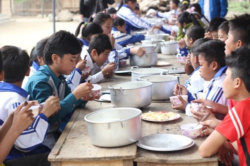 Hoàn trả gần 5,7 tỉ đồng hỗ trợ, chủ tịch huyện xin lỗi học sinh nghèo