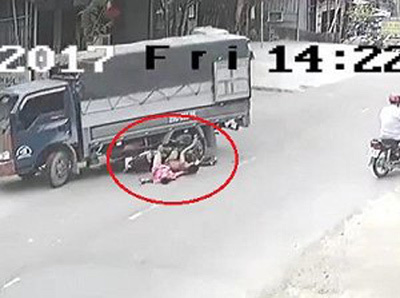 Phóng tốc độ 'bàn thờ', 2 thanh niên đâm thẳng vào gầm xe tải