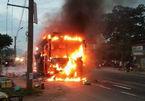 Xe giường nằm bốc cháy, tài xế hô khách tháo chạy