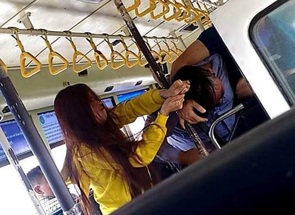 Nhân viên xe buýt ẩu đả với khách ngay trên xe ở Sài Gòn
