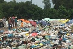 Vợ chồng nghèo bới rác nuôi bé 18 tháng tuổi bị bỏ rơi