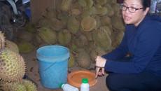 Dùng hóa chất 'tắm' hơn 2 tấn sầu riêng chuẩn bị ra Hà Nội bán