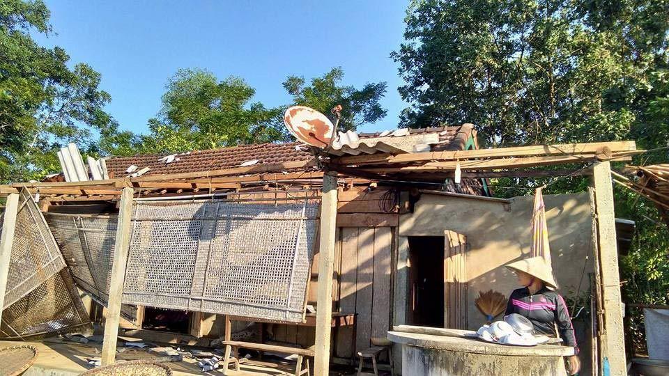 Lốc xoáy 10 phút giật bay hơn trăm mái nhà