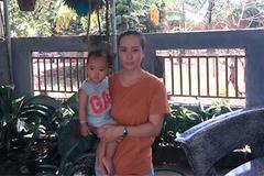 Vợ chồng cô giáo gian nan chữa ung thư mắt cho con