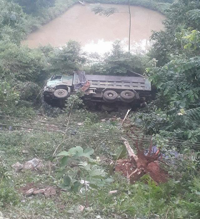 Lào Cai: Xe chở quặng lao xuống vực sâu 20m