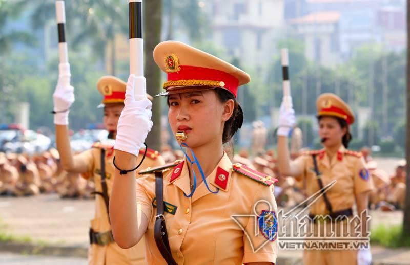 Nữ cảnh sát giao thông Hà Nội trổ tài 38 thế võ