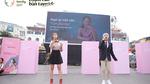 Hình ảnh mẹ chia sẻ trên màn hình billboard giữa Hà Nội