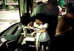 Bố cắm mặt vào điện thoại, bỏ quên con nhỏ trên xe buýt