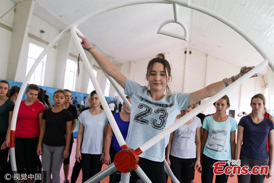 Xem dàn mỹ nữ đi thi tuyển phi công quân sự ở Nga